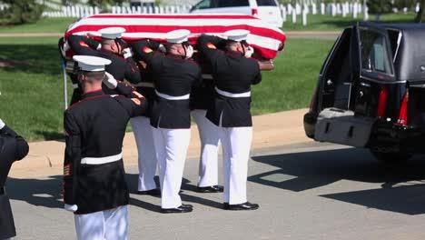 Los-Marines-Estadounidenses-En-Uniforme-De-Gala-Ponen-Un-Soldado-Caído-Para-Descansar-En-El-Cementerio-Nacional-De-Arlington-Washington-3