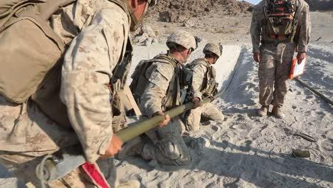 Los-Marines-Estadounidenses-En-El-Desierto-Camuflaje-Rango-De-Conducta-400-Ejercicio-De-Entrenamiento-Integrado-En-Twentynine-Palms-CA
