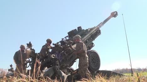 Soldados-Del-Ejército-Estadounidense-Cargar-Y-Disparar-Un-Cañón-Obús-M777-Durante-La-Audaz-Búsqueda-202-Campamento-De-Ejercicios-En-Atterbury