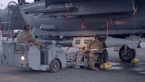 Los-Especialistas-En-Sistemas-De-Armamento-De-La-Fuerza-Aérea-De-EE-UU-Cargan-Armas-En-Un-F15e-En-La-Base-De-La-Fuerza-Aérea-De-Montaña-Home-Id-5