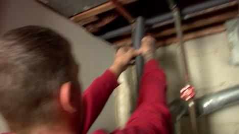 Trabajadores-De-La-Construcción-Instalan-Aislamiento-De-Tuberías-Para-Climatizar-Una-Casa