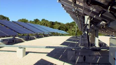 Se-Utiliza-Una-Matriz-De-Paneles-Solares-Para-Alimentar-Un-Transmisor-De-Televisión-Y-Una-Torre-1