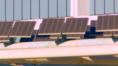 Se-Utiliza-Una-Matriz-De-Paneles-Solares-En-Una-Estructura-De-Estacionamiento-En-Los-ángeles-En-El-Centro-De-Convenciones-De-La-2