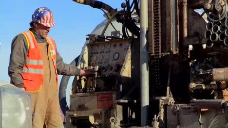 Un-Equipo-De-Construcción-Realiza-Ejercicios-Para-Aprovechar-La-Energía-Geotérmica-1