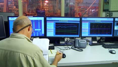 Sala-De-Control-De-Una-Planta-De-Energía-Geotérmica-1