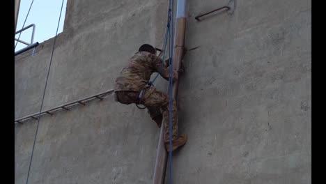 Soldados-Del-Ejército-Estadounidense-Y-Francés-Aprenden-Habilidades-De-Combate-Y-Supervivencia-Curso-De-Comando-Del-Desierto-Francés-Djibouti-6