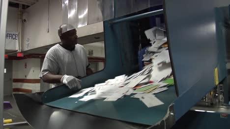 US-Post-Und-Pakete-Werden-In-Einer-USPS-Sortieranlage-Sortiert-3