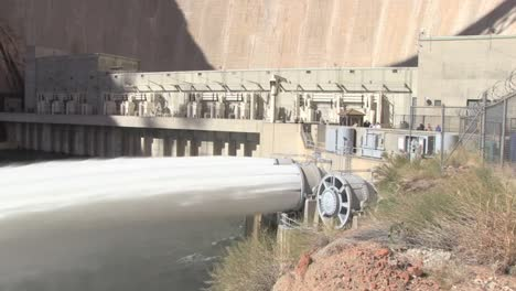 Suministros-De-Agua-De-Emergencia-Se-Liberan-De-La-Presa-Glen-Canyon-4