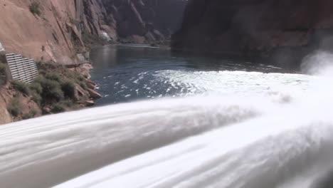 Suministros-De-Agua-De-Emergencia-Se-Liberan-De-La-Presa-De-Glen-Canyon-5