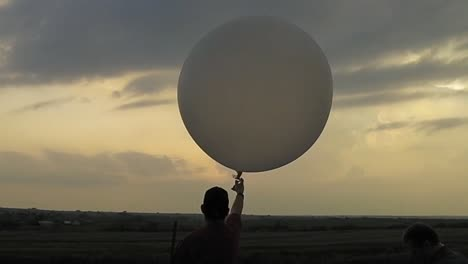 Cazadores-De-Tormentas-De-Noaa-Utilizan-Un-Globo-Meteorológico-Para-Estudiar-La-Formación-De-Vórtices-En-Tornados