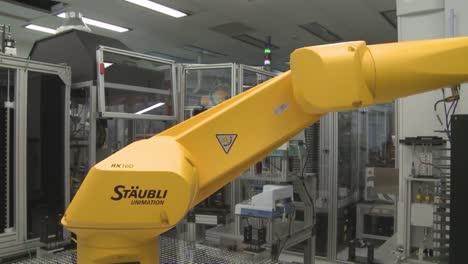 Los-Robots-Hacen-El-Trabajo-De-Los-Humanos-En-Un-Entorno-De-Laboratorio-Sensible