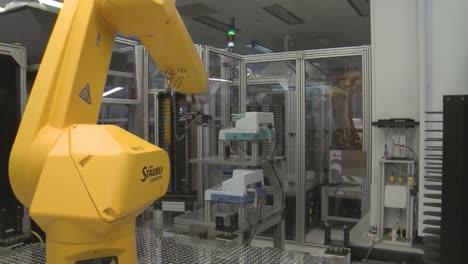 Los-Robots-Hacen-El-Trabajo-De-Los-Humanos-En-Un-Entorno-De-Laboratorio-Sensible-1
