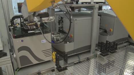 Los-Robots-Hacen-El-Trabajo-De-Los-Humanos-En-Un-Entorno-De-Laboratorio-Sensible-2