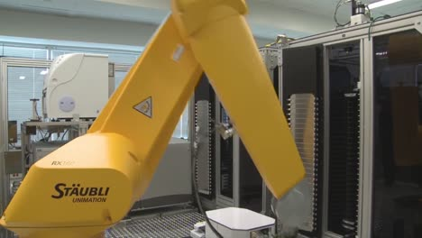 Robots-Do-The-Work-Of-Humans-In-A-Sensitive-Laboratory-Environment-3