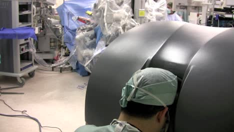 Robots-Are-Used-In-Surgery-8