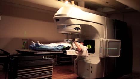 Un-Paciente-Recibe-Tratamiento-Por-Imágenes-De-Radiación-Para-Un-Diagnóstico-De-Cáncer-1