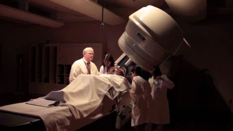 Ein-Patient-Mit-Hirntumor-Erhält-Eine-Stereotaktische-Strahlenoperation-4