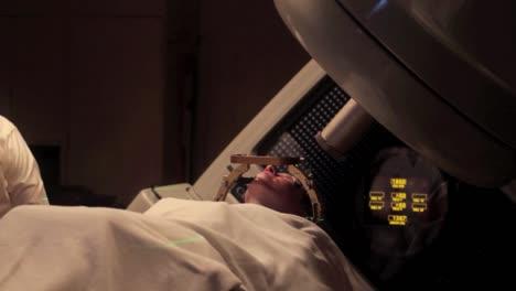 Ein-Patient-Mit-Hirntumor-Erhält-Eine-Stereotaktische-Strahlenoperation-5