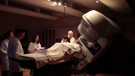Ein-Patient-Mit-Hirntumor-Erhält-Eine-Stereotaktische-Strahlenoperation-6