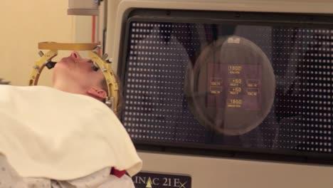 Ein-Hirntumorpatient-Erhält-Eine-Stereotaktische-Strahlenoperation