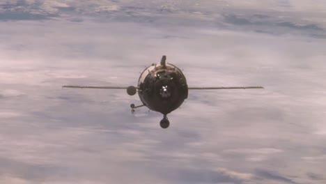 La-Nave-Espacial-Rusa-Soyuz-Se-Acopla-A-La-Estación-Espacial-Internacional