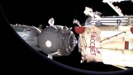 The-Russian-Soyuz-Espaciocraft-Docks-With-The-International-Espacio-Station-1