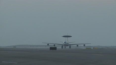 Ein-US-Air-Force-E3-Sentry-Awacs-Flugzeug-Landet-Und-Taxis-Auf-Einer-Landebahn