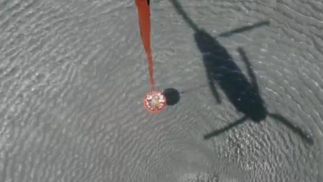 Pov-Desde-Un-Helicóptero-Que-Cae-De-Agua-Del-Cubo