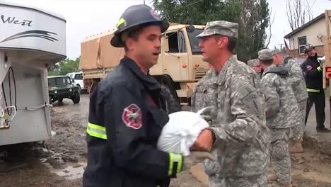 Los-Trabajadores-De-La-Guardia-Nacional-Amontonan-Sacos-De-Arena-Durante-Una-Fuerte-Tormenta-1