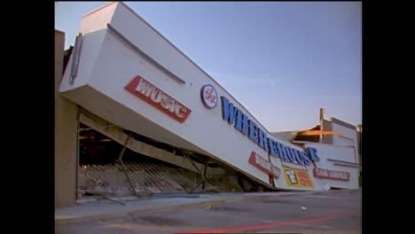 Escenas-De-Un-Centro-Comercial-Colapsado-Durante-El-Terremoto-De-Northridge-De-1994-2