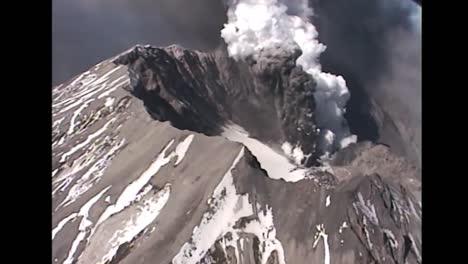Luftaufnahmen-über-Dem-Ausbruch-Des-Mt-St-Helens-Im-Jahr-2004-In