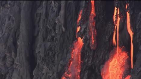 Geschmolzene-Lava-Fließt-Aus-Einem-Vulkan