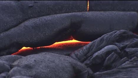 Geschmolzene-Lava-Fließt-Aus-Einem-Vulkan-2