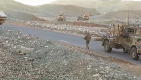 Ingenieros-De-Combate-Trabajan-Para-Despejar-Una-Carretera-Peligrosa-En-Afganistán