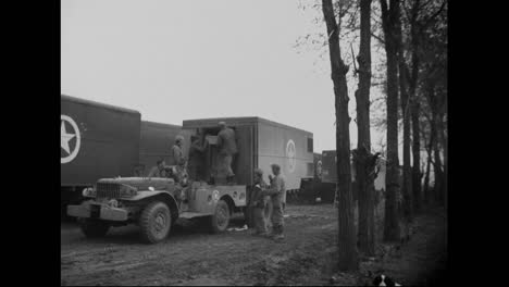 Us-Soldiers-In-Italy-Unload-Trucks-Full-Of-Frozen-Turkeys-For-A-Thanksgiving-Dinner-In-1944