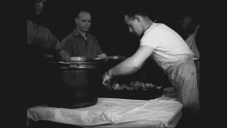 Los-Soldados-Estadounidenses-En-Italia-Disfrutamos-De-Una-Comida-De-Acción-De-Gracias-En-1944