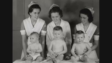 Un-Médico-Examina-A-Los-Niños-Pequeños-Para-Asegurarse-De-Que-Estén-Sanos-En-1937