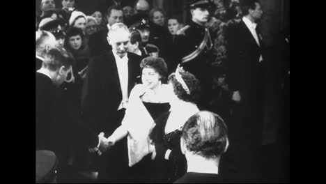 Queen-Elizabeth-And-Princess-Margaret-Go-To-The-Royal-Film-Performance-In-1961