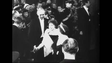 La-Reina-Isabel-Y-La-Princesa-Margarita-Van-A-La-Presentación-De-La-Película-Real-En-1961