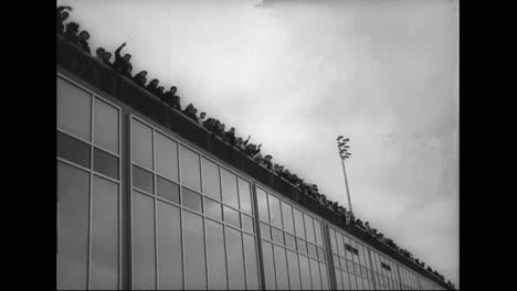 Los-Beatles-Son-Recibidos-En-El-Aeropuerto-Jfk-Por-Toneladas-De-Fanáticos-Adolescentes-Gritando-En-1964