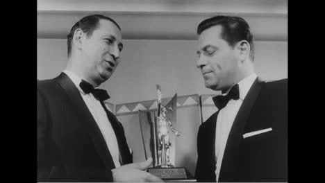 William-Holden-Receives-The-Sear-Of-The-Year-Award-From-The-Theatre-Owners-Of-America-In-1956