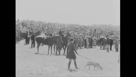 El-Ganador-De-Una-Carrera-De-Caballos-En-1933-Recibe-El-Trofeo-De-Meadowbrook