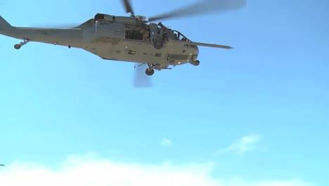 La-Guardia-Nacional-A-rea-De-Alaska-Practica-Un-Rescate-De-V-ctimas-De-Guerra-En-El-Desierto