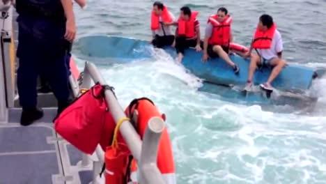 Cuatro-Hombres-Son-Rescatados-Por-La-Guardia-Costera-De-Un-Barco-Volcado-Frente-A-La-Playa-De-Siesta-Florida