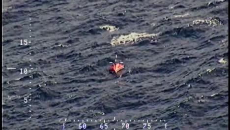 Un-Dramático-Rescate-En-Alta-Mar-Por-Parte-De-La-Guardia-Costera-De-Pasajeros-De-Un-Barco-En-Llamas-2