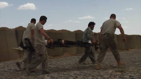 Members-Of-The-Us-Army-And-Air-Force-Help-Evacuate-An-Afghan-Niño-That-Was-Injured-In-An-Ied-Attack-1