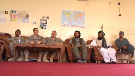 Las-Fuerzas-De-Seguridad-Nacional-Afganas-Y-La-Policía-Local-Afgana-Discuten-Cómo-Aumentar-La-Seguridad-Y-El-Desarrollo-En-Afganistán-Con-Soldados-Estadounidenses-2