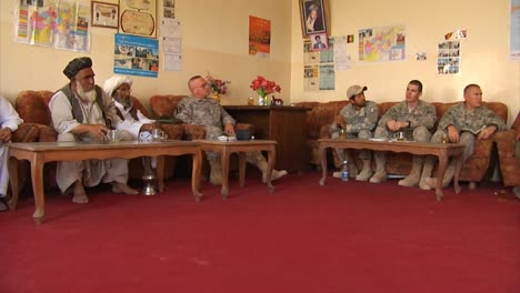 Las-Fuerzas-De-Seguridad-Nacional-Afganas-Y-La-Policía-Local-Afgana-Discuten-Cómo-Aumentar-La-Seguridad-Y-El-Desarrollo-En-Afganistán-Con-Soldados-Estadounidenses-3