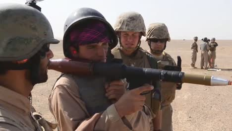 Afghanische-Truppen-Trainieren-Mit-Uns-Soldaten-Die-Ihnen-Beibringen-Wie-Man-Rollenspiele-Verwendet-5