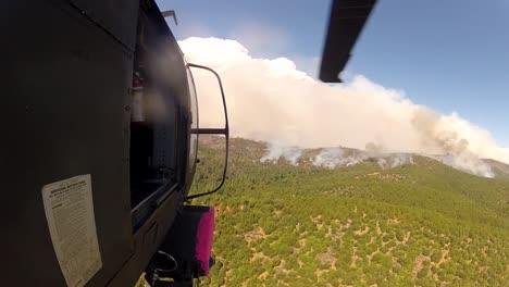 Un-Helic�ptero-Vuela-Hacia-Un-Incendio-Forestal-Un-Helicóptero-Vuela-Hacia-Un-Incendio-Forestal
